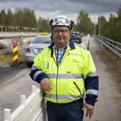 Jukka Ylimäki Perhonjoen ylittävällä sillalla.