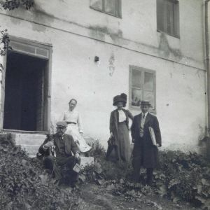 Akseli och Mary Gallen-Kallela  1911 i Borgå, arkitekt Eliel Saarinen till höger.