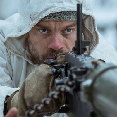 Bild av maskingevärskompani som skjuter i snöväder