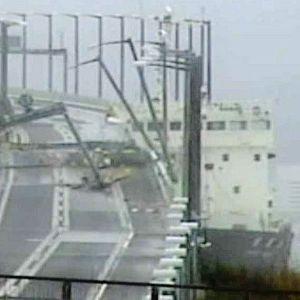 Ett fartyg har kolliderat med en bro i Japan
