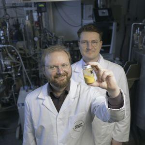Solar Foodsin teknologiajohtaja Juha-Pekka Pitkänen ja toimitusjohtaja Pasi Vainikka esittelevät laboratoriossaan Soleiini-jauhetta sisältävää purkkia.