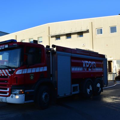 Pelastuslaitoksen autoja Snellmanin tehtaalla Pietarsaaressa.