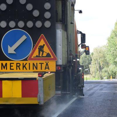 Tiemerkintäauto maalaa merkintöjä Sattulantiehen.