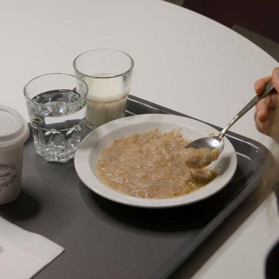 Puuroa opiskelijan lautasella.