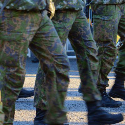 Rivissä marssivia jalkoja