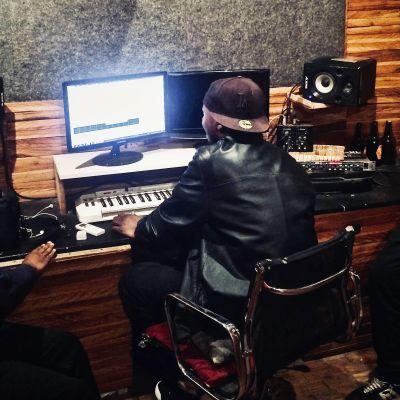 Radio Variaatio: Samoran lapset. Kuvassa kolme nuorta miestä äänitysstudion pöydän ääressä. Kuvattu takaapäin.