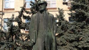 Lenin står fortfarande utanför guvernörens byggnad,  trots att det är 1000 kilometer härifrån till Ryssland.