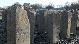 Stenar med namn på nazisternas koncentrations- och förintelseläger
