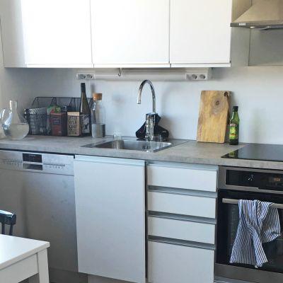 Tuoreeltaan remontoitu keittiö.