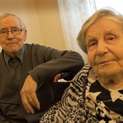 Soini ja Katri istuvat palvelukodin ikkunan edessä.