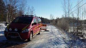 Räddningsverkets bil har spärrat av en väg nära gropen i Aijala i Kisko.
