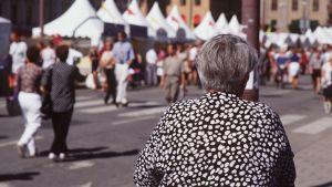 En äldre dam på gatan