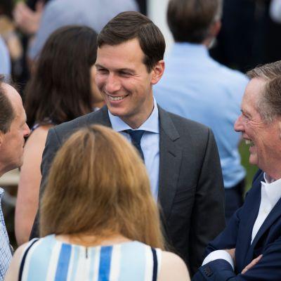 Presidentti Donald Trumpin vävy ja neuvonantaja Jared Kushner (keskellä) kongressin piknikillä 22. kesäkuuta 2017.