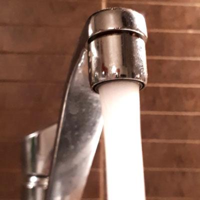 Hanasta tulee vettä kovalla paineella.