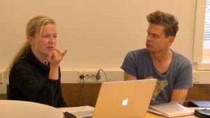 Harjoituksen jälkeen Sanna Salmenkallio ja Jussi Lehtonen keskustelevat siitä, miten äänimaailma toimii.