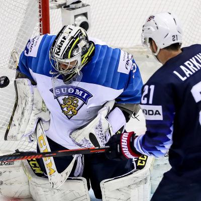 Dylan Larkin ser Veini Vehviläinen stå i vägen för pucken.