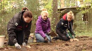 Gymnasieelever gräver vid det tyska militärlägret på Tulludden i Hangö.