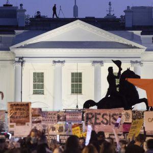 Mielenosoittajat Valkoisen talon edustalla tiistai-iltana.