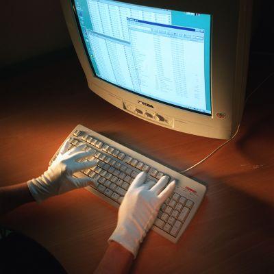 plasthandskar på sig när man använder tangentbord