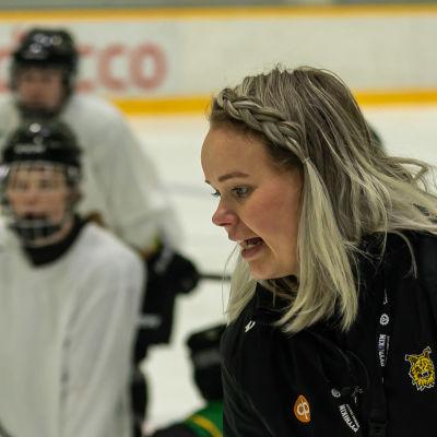 Tampereen Ilveksen naisten joukkueen päävalmentaja Linda Leppänen Tesoman hallilla treeneissä.
