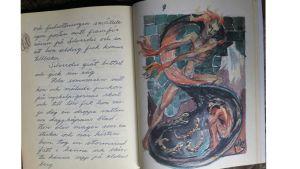 """""""Älvan och de fyra andarna"""" oli Torsten-isän antama itse tehty kirjalahja Tuva Korsströmille tämän täyttäessä neljä vuotta v. 1950. Aukeaman kuvassa tulenhaltia näyttäytyy Silverdis-keijulle."""