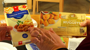 Vegaanisia ja tavallisia kananugetteja.