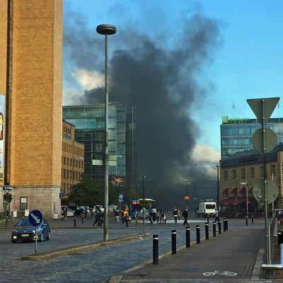Stort, mörkt rökmoln ovanför Centrumbibliotekets byggarbetsplats.