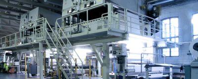 Stora maskiner i industrihall.