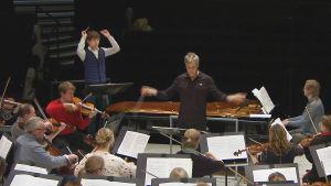 Jaan Ots johtaa Hannu Linnun kanssa Charles Ivesin 4. sinfoniaa.