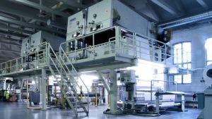 tuotantolinja tehdashallissa