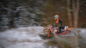 Emil Hertén hoppar högt på banan med sin snöskoter.