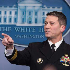 Presidentens livläkare, amiral Ronny Jackson i full uniform.