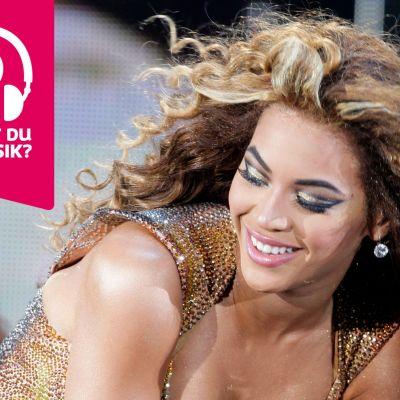 Beyoncé ler med halvöppen mun.