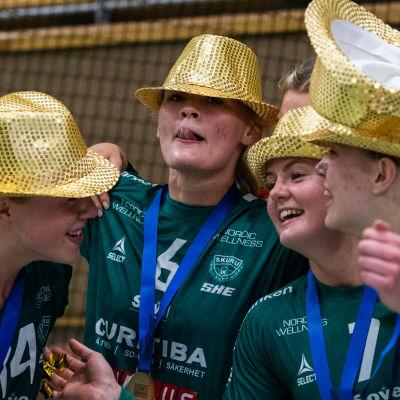 Ellen Voutilainen firar ligaguld med lagkamrater.