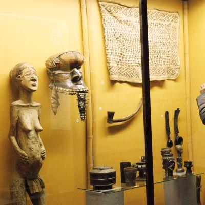 Näyttelyvieraat tutkivat Afrikka-museon kokoelmaa Brysselissä.