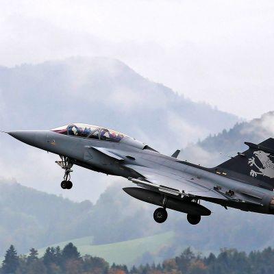 Saab Gripen F - hävittäjän esittely Emmenissä sijaitsevassa tukikohdassa Sveitsissä 12.10.2012.
