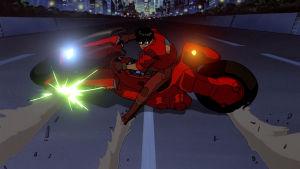 Kuva Akira-elokuvasta. Scifi-moottoripyörä äkkijarruttaa kadulla.