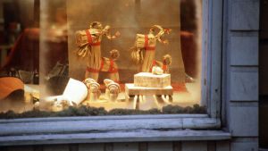 Joulukoristeita näyteikkunassa