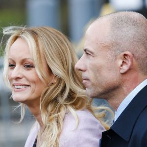 Sgtormy Daniels med advokaten Avenatti på väg ut från rättsmöte i Manhattan.
