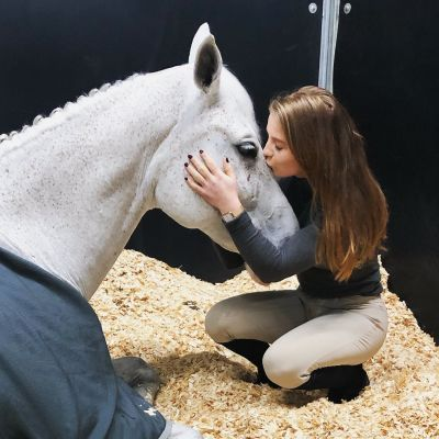 Eveliina Talvio hoivaa Chelsea-hevostaan