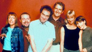 Tre män och tre kvinnor poserar