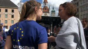 Vid Europabussen bjuds det på information om EU.jp