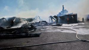 Flera lantgårdsbyggnader har brunnit och förstörts i en brand i Ilmajoki.
