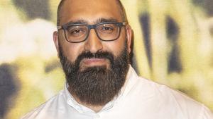 Porträtt på man med glasögon och skägg.