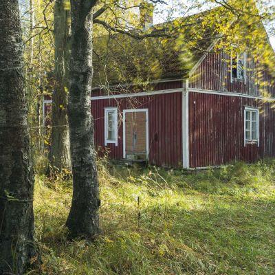 Bild på gammal gård i Pöytis som blir konstverk.