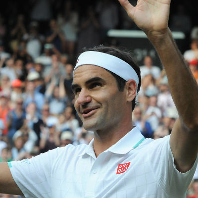 Roger Federer tuulettaa voittoa Wimbledonissa.