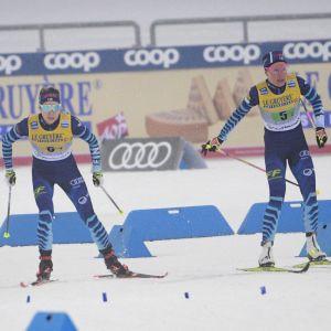 Kerttu Nisknen skickar i väg Laura Mononen på den tredje sträckan.