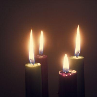 punaisia ja vihreitä jouluisia kynttilöitä