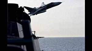 SU24 flyger över USS Donald Cook.