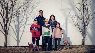 Eun-mi, hennes sambo Tobias, tre barn från förra relationen samt deras gemensamma hund flyttade till Korea i juli 2020. De lämnade Jönköping i Småland, sa upp lägenhet och jobb inom omsorgen.